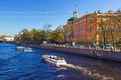 Sikt av den Mikhailovsky slotten Invallning av floden Fontank Royaltyfri Bild