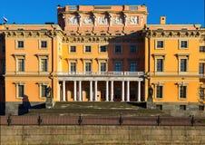 Sikt av den Mikhailovsky slotten Invallning av floden Moyka Fotografering för Bildbyråer