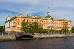 Sikt av den Mikhailovsky slotten petersburg saint Royaltyfri Foto