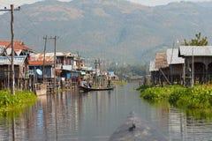 Sikt av den min Thauk byn, Inle sjö Arkivbild