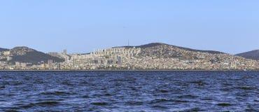 Sikt av den moderna asiatiska delen av Istanbul från det Marmara havet Arkivbild