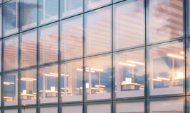 Sikt av den moderna skyskrapan Modern kontorsinre i nattetid Panorama- fönsterfasadbakgrund, samtida royaltyfri foto