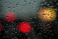 Sikt av den moderna staden till och med fönstret på en mycket mörk stormig natt Begreppsliv av en modern stad, stads- trafik fotografering för bildbyråer