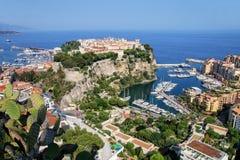 Sikt av den Monaco staden med fartygmarina under i Monaco Royaltyfria Bilder