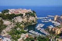 Sikt av den Monaco staden med fartygmarina under i Monaco Royaltyfria Foton