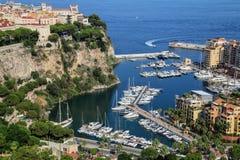Sikt av den Monaco staden med fartygmarina under i Monaco Royaltyfri Foto