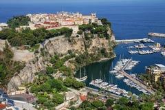 Sikt av den Monaco staden och fartygmarina under i Monaco Royaltyfri Foto