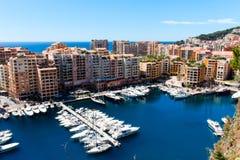 Sikt av den Monaco staden och Fontvieille med fartygmarina i Monaco Royaltyfri Fotografi