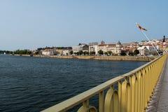Sikt av den Mondego floden och byggnaderna av den Portagem fyrkanten från Ponte de Santa Clara, Coimbra - Portugal royaltyfria bilder