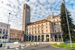 Sikt av den Monte Grappa fyrkanten med det högväxta granträdet som lokaliseras i den historiska mitten av Varese Royaltyfria Foton