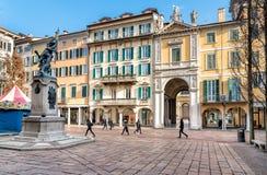Sikt av den Monte Grappa fyrkanten med högväxt parkering för granträd som och cykellokaliseras i den historiska mitten av Varese Royaltyfri Fotografi