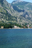 Sikt av den montenegrinska byn av Dobrota Arkivbilder