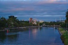 Sikt av den Moomba festivalen i Melbourne i skymning royaltyfri fotografi