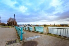 Sikt av den Morrison bron och Willamette flodsikt från vatten Royaltyfri Fotografi