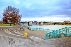 Sikt av den Morrison bron och Willamette flodsikt från vatten Royaltyfria Foton