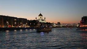 Sikt av den Moskva floden och Kristus frälsaredomkyrkan på natten, Moskva, Ryssland lager videofilmer