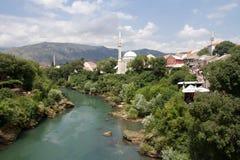 Sikt av den Mostar och Neretva floden Royaltyfri Foto