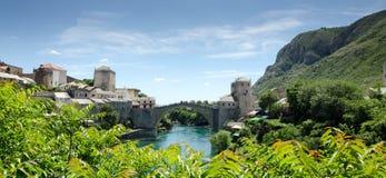 Sikt av den Mostar staden och bron Arkivbilder
