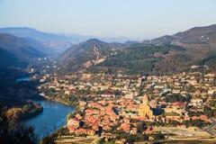 Sikt av den Mtsketa staden och den Svetitskhoveli domkyrkan Arkivfoto