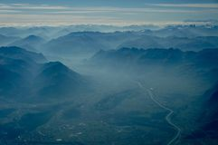 Sikt av den multipelbergområden och dalen arkivfoto