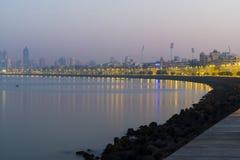 Sikt av den mumbai stadshighrisen längs marin- drev Royaltyfri Foto
