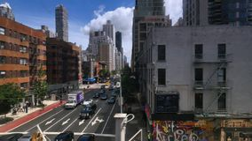 Sikt av den 2nd avenyn i Manhattan som sett från Roosevelt Tramway arkivfilmer