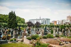 Sikt av den Neudorf cemteryen - Cimetiere det kommunala helgonet Urbain - Royaltyfri Fotografi
