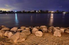 Sikt av den Neva floden på natten Royaltyfri Foto
