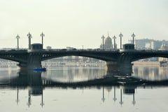 Sikt av den Neva och Blagoveshchensky bron Arkivfoton
