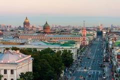 Sikt av den Nevsky Prospekt morgonen utan bilar i St Petersburg På domkyrkan för horisontSt Isaac'sen och den Kazan domkyrkan royaltyfri fotografi