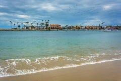 Sikt av den Newport stranden från Corona del Mar Arkivbild
