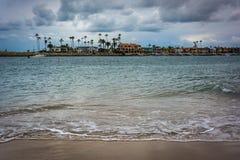 Sikt av den Newport stranden från Corona del Mar Arkivbilder
