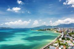 Sikt av den Nha Trang fjärden med härliga färger av vatten i Vietnam royaltyfri foto