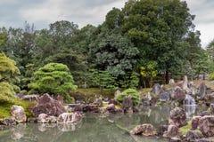 Sikt av den Ninomaru trädgården på den Nijo slotten Arkivfoton
