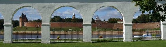 Sikt av den Novgorod Kreml och stranden Arkivfoto
