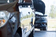 Sikt av den nya bilen för rad på den nya bilvisningslokalen Royaltyfria Bilder
