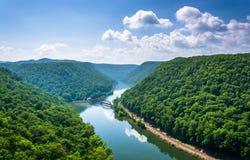Sikt av den nya floden från höks rededelstatsparken, West Virginia arkivfoto