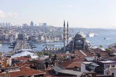 Sikt av den nya moskén, den Galata bron, det guld- hornet och Bosphorusen istanbul kalkon Arkivfoton