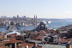 Sikt av den nya moskén, den Galata bron, det guld- hornet och Bosphorusen istanbul kalkon Arkivbilder