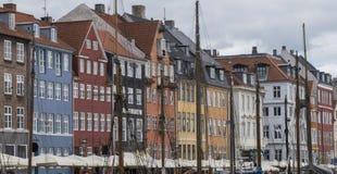 Sikt av den Nyhavn kajen med kulöra byggnader arkivfoton