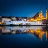 Sikt av den offentliga färjan och det gamla området av Istanbul Royaltyfri Foto