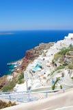 Sikt av den Oia staden på den Santorini ön Royaltyfri Foto
