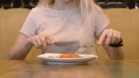 Sikt av den oigenkännliga kvinnan som äter i ett kafé 4K arkivfilmer