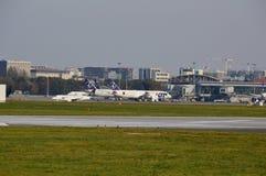 Sikt av den Okecie flygplatsen i Warszawa Arkivfoto