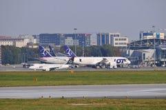 Sikt av den Okecie flygplatsen i Warszawa Arkivbild