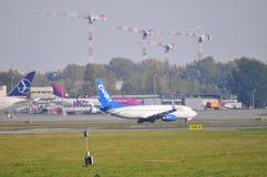 Sikt av den Okecie flygplatsen i Warszawa Royaltyfri Foto
