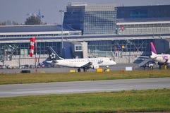 Sikt av den Okecie flygplatsen i Warszawa Fotografering för Bildbyråer