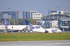 Sikt av den Okecie flygplatsen i Warszawa Arkivbilder