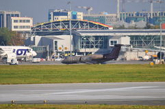 Sikt av den Okecie flygplatsen i Warszawa Royaltyfri Bild
