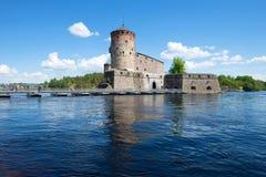 Sikt av den Olavinlinna fästningnollan från vattenområdet av Pihlajavesi sjön forntida solnedgång för savonlinna för finland fäst Royaltyfri Fotografi